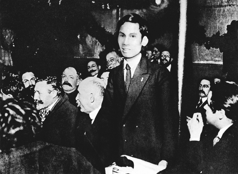 Nguyễn Ái Quốc phát biểu tại Đại hội đại biểu toàn quốc lần thứ 18 Đảng Xã hội Pháp, ủng hộ Luận cương của Lê-nin về vấn đề dân tộc và thuộc địa. Người tham gia sáng lập Đảng Cộng sản Pháp và trở thành người cộng sản Việt Nam đầu tiên (12/1920)